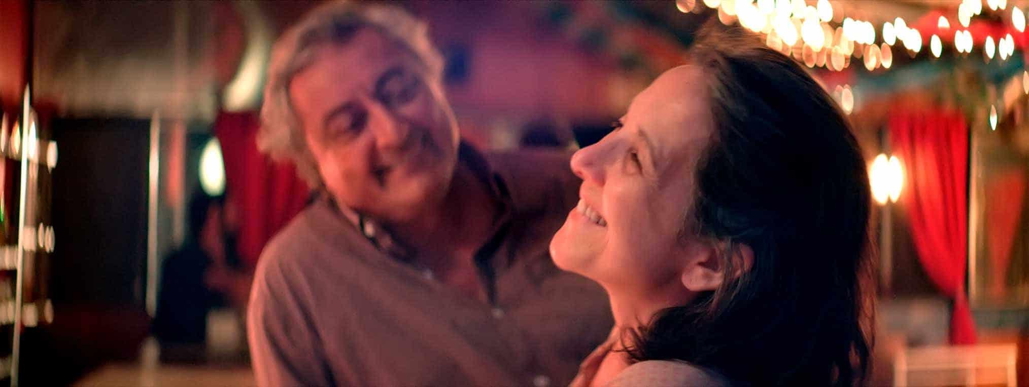 Une femme et un homme qui rient