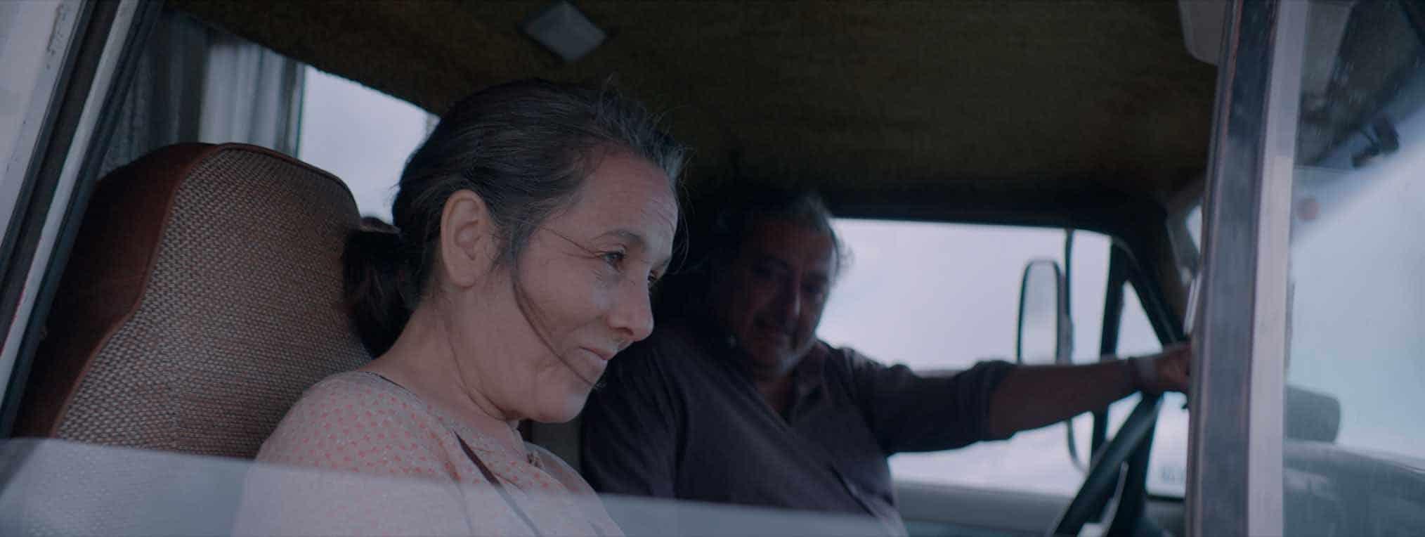 Un homme et une femme à l'air heureux, dans une voiture