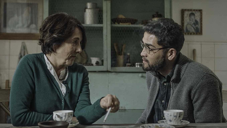 Gaston Salgado et Paulina Garcia en train de discuter à la table d'une cuisine