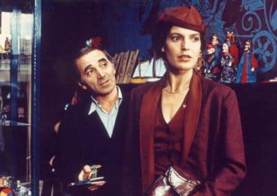 Angela Winkler en tailleur bordeaux tourne le dos à Charles Aznavour