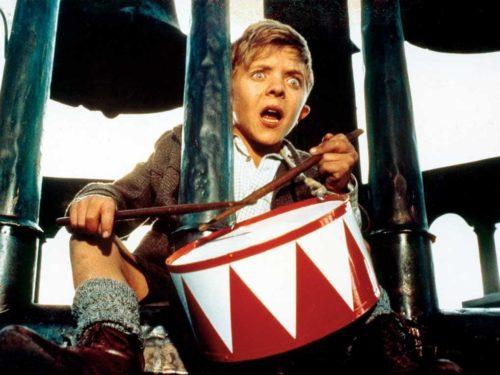 David Bennent enfant qui joue du tambour l'air effrayé