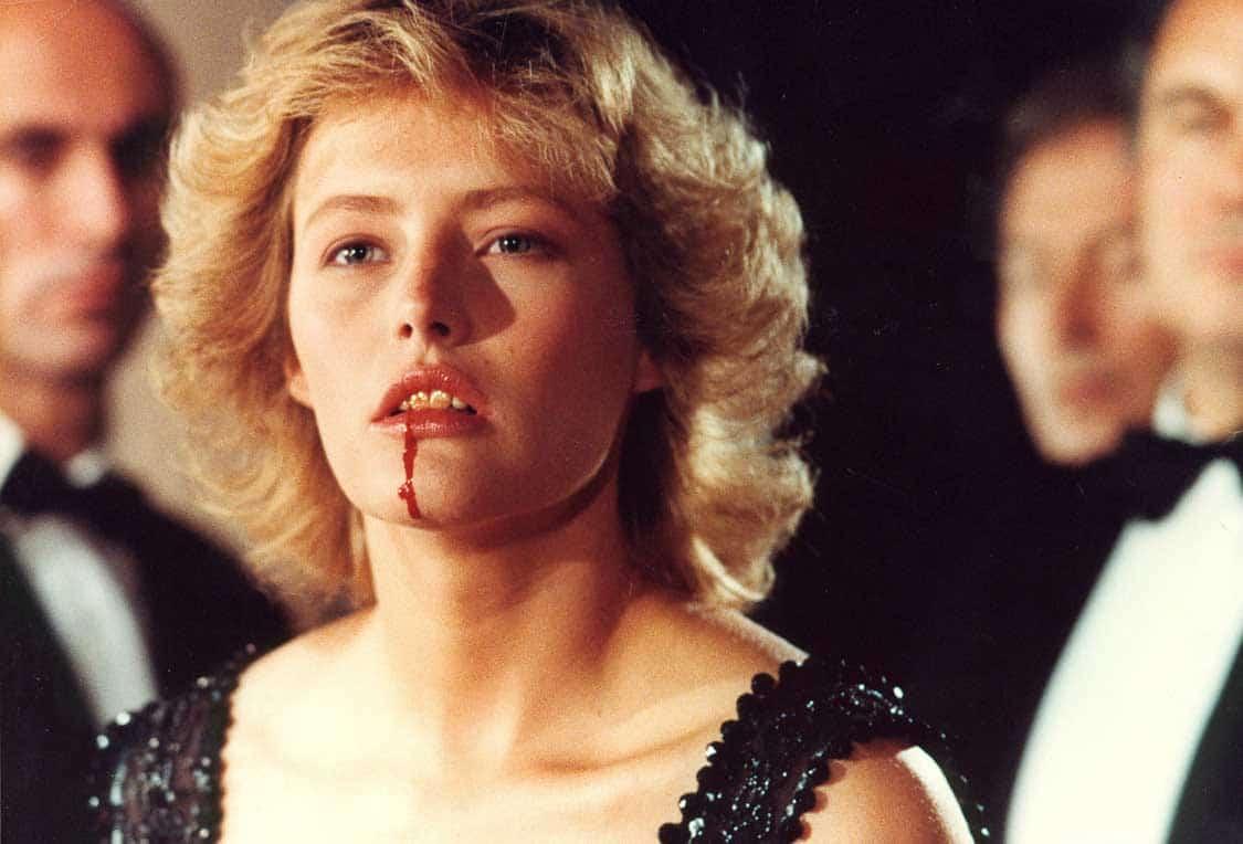Femme blonde avec du sang qui coule de sa bouche