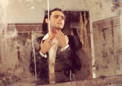 reflet dans un miroir d'un homme qui regarde une plaie qui saigne dans son cou