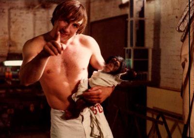Depardieu qui nous montre du doigt avec un singe dans les bras