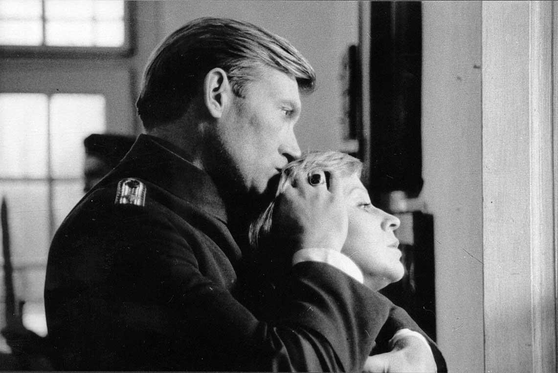 Un homme qui embrasse les cheveux de la femme qui est dans ses bras