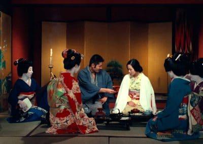scène de thé à la japonnaise avec un couple et quatre femmes