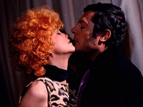 Marcello Mastroianni et Andréa Féréol sur le point de s'embrasser
