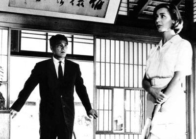 un homme en costume noir, une femme dans une robe blanche dans un habitat japonnais