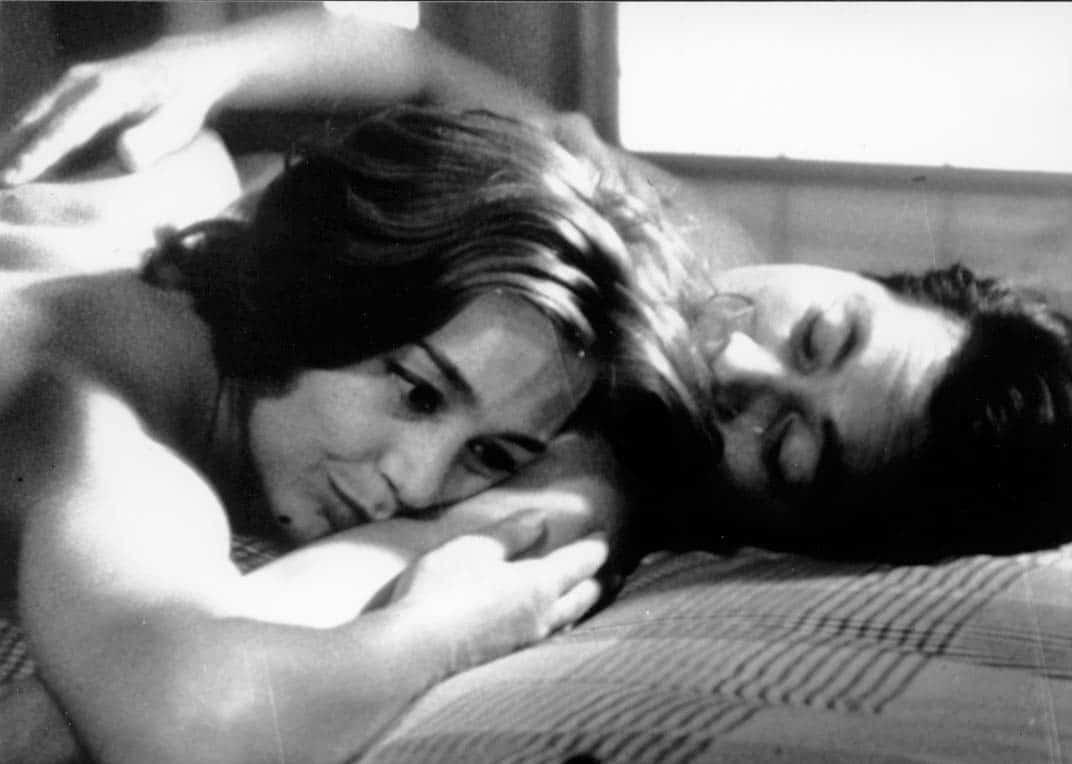 une femme allongées dans les bras d'un homme