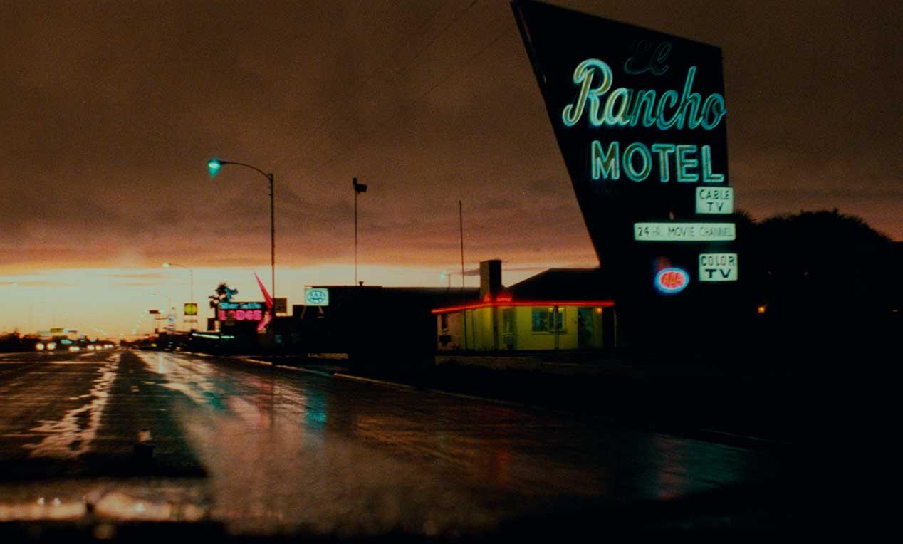 exterieur de l'hotel Rancho, lumière sombre, devant, la route est mouillé