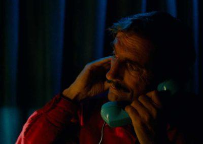 Homme au téléphone fil, dans la pénombre