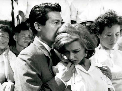 homme qui embrasse la tête d'une femme triste