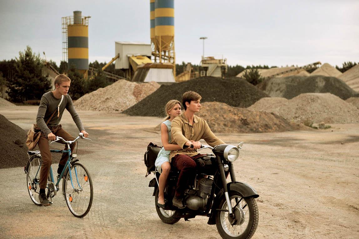 Jeunes en moto et en velo