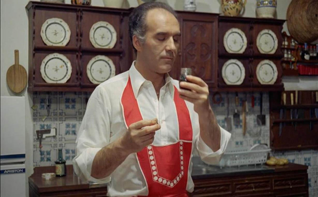 Picolli en tablier rouge avec un verre à la main
