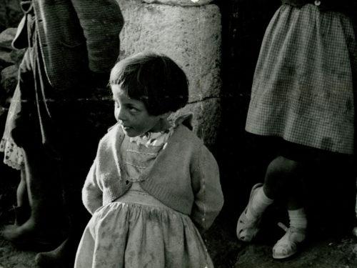 petite fille vue de haut les mains derrière le dos