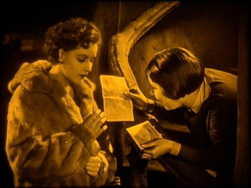 Femme qui montre un papier à une jeune femme