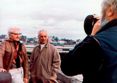 deux personne dehors dans l'objectif d'un caméraman