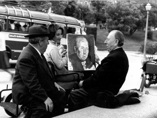 Personnes qui regardent un portrait
