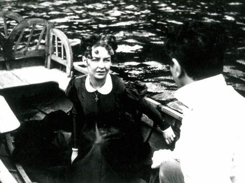 femme inqiète sur une barque avec un homme