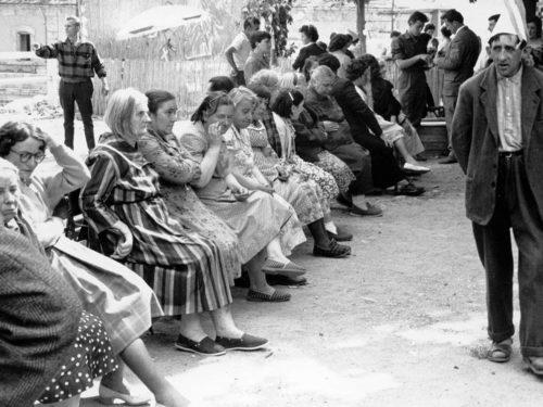 rassemblement de personnes agées, majoritairement des femmes