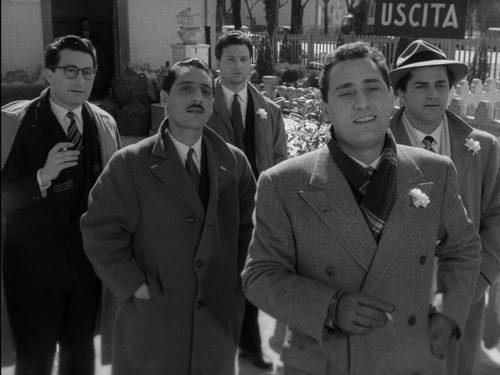 Cinq homme qui marche d'un pas décidé