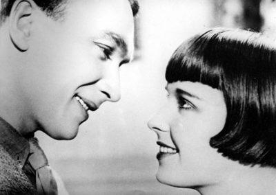 Un couple qui se regarde profondement dans les yeux