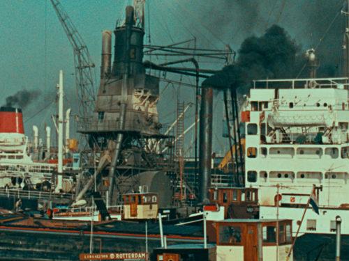 monument flottant crachant une fumée noire
