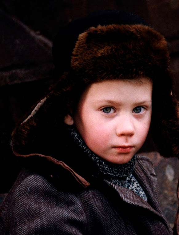 Petit garçon qui nous regarde, une chapka sur la tête