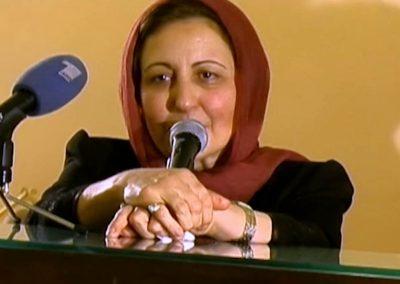Femme voilée qui parle dans un micro